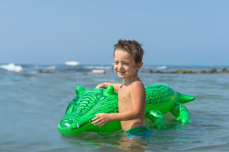 Wnuk bawić się i bryzga w wodzie morskiej Portret szczęśliwa małe dziecko chłopiec na plaży fotografia royalty free