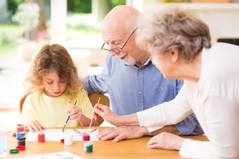 Wnuk i dziadkowie bawić się wpólnie fotografia royalty free