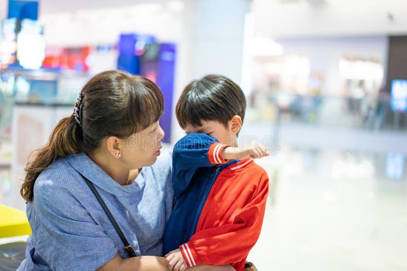 Wnuk płacze, on chce kupować zabawki przy domem towarowym obraz stock