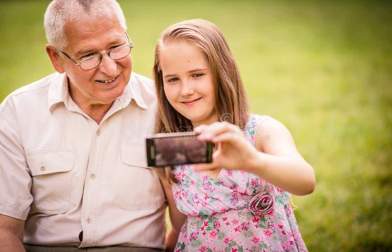 Wnuk z dziadem chwyta momenty zdjęcia stock