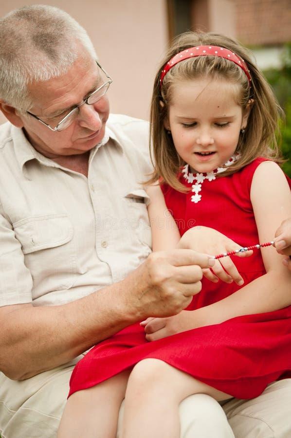 wnuka dziadka szczęśliwa emerytura obraz royalty free