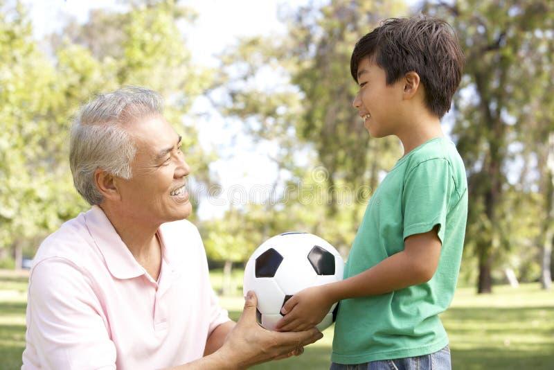 wnuka futbolowy dziadek park zdjęcie royalty free