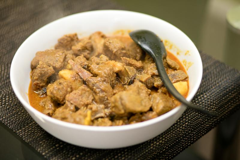 Wołowina curry słuzyć w pucharze fotografia stock