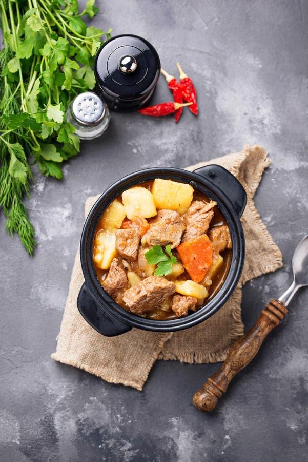 Wołowina gulasz z grulą i marchewką obrazy stock