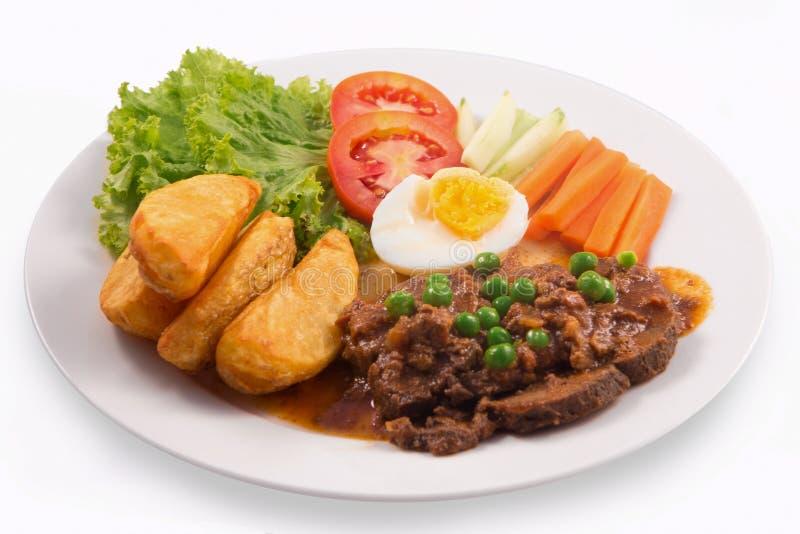 Wołowina gulasz z klin grulą, gotowanymi jajkami, ogórkiem, marchewką, sałatą i pomidorem, fotografia royalty free