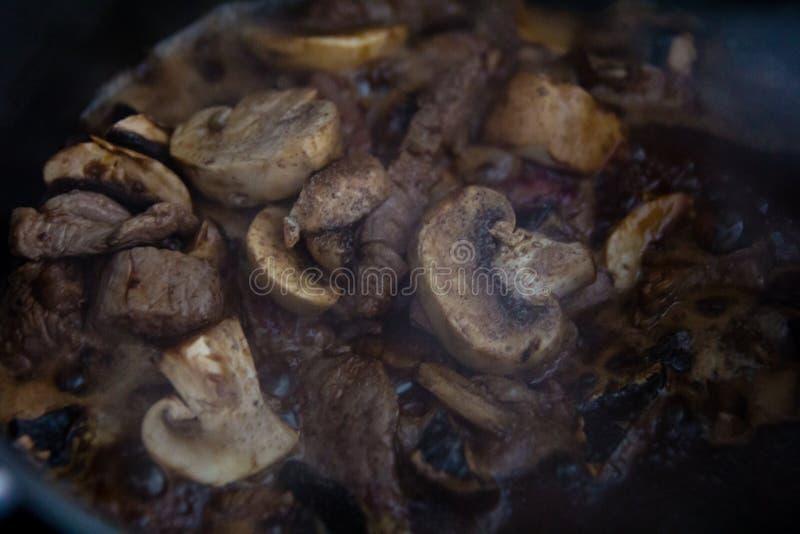wołowina gulasz z portobello pieczarkowym kumberlandem fotografia stock