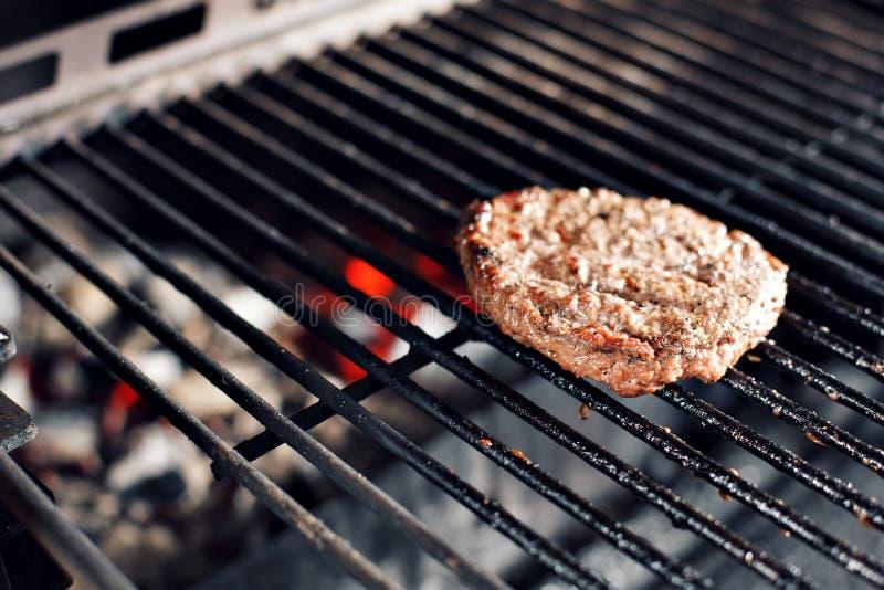 Wołowina hamburger I szpachelka Na Gorącym Płomiennym BBQ węgla drzewnego grillu, zakończenie obrazy stock