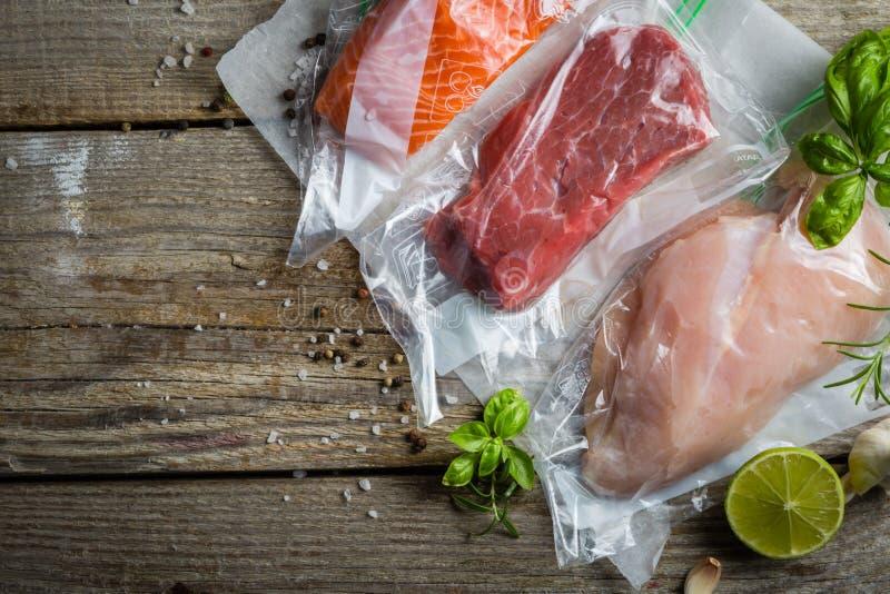 Wołowina, kurczak i łosoś w próżniowym plastikowym worku dla sous vide kucharstwa, zdjęcia royalty free