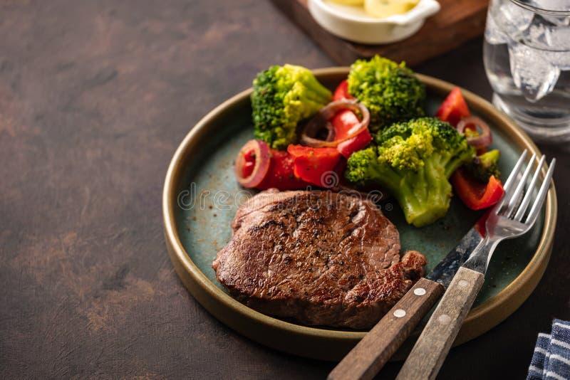 wołowina piec na grillu stku warzywa Mięso z piec na grillu dzwonkowym peppe obraz royalty free