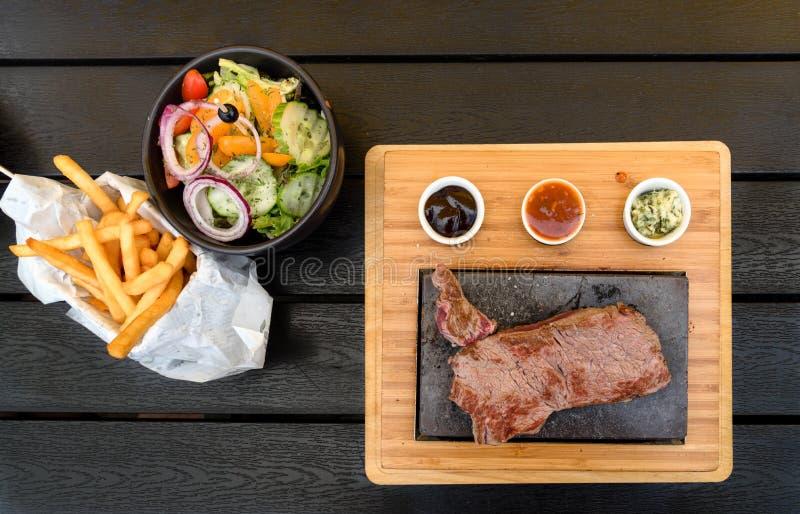 Wołowina stek na lawa kamienia odgórnym widoku obraz royalty free