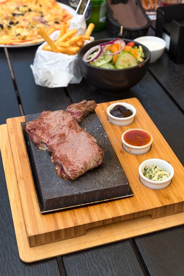 Wołowina stek na lawa kamieniu zdjęcia stock