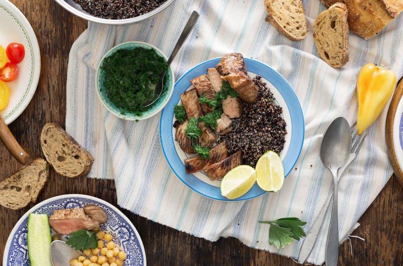 Wołowina stek piec na grillu z czarnym quinoa w talerzu na ciemnej drewnianej zakładce zdjęcia royalty free