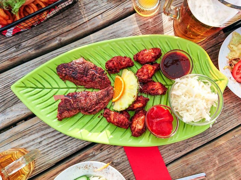 Wołowina stek z kurczaków skrzydłami i białą kapuścianą sałatką obraz royalty free