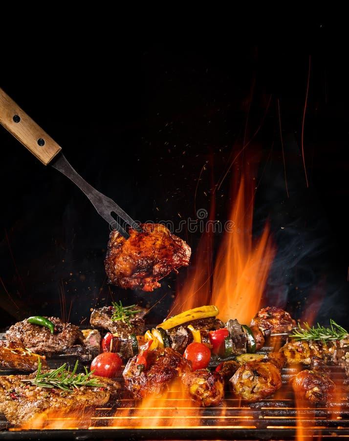 Wołowina stki na grillu z płomieniami obraz stock