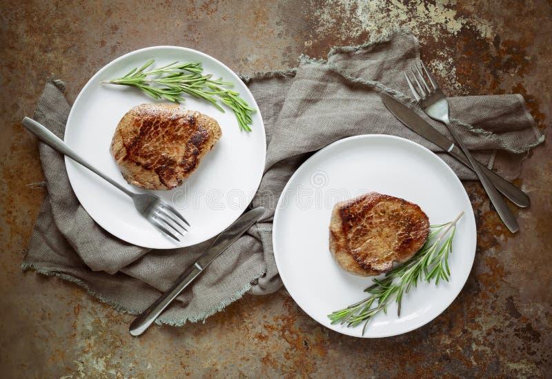 Wołowina stki w dwa talerzach fotografia royalty free