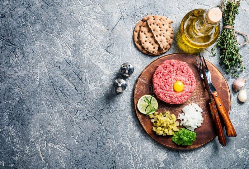 Wołowina tartare na tnącej desce fotografia stock