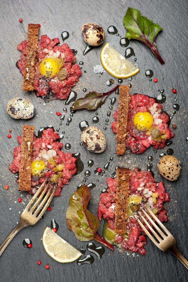 Wołowina tartare z jajkiem i grzanką zdjęcia stock