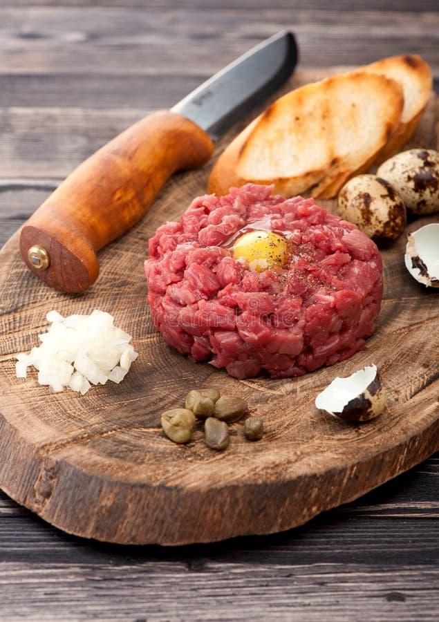 Wołowina tartare z kaparami i cebulami zdjęcie royalty free