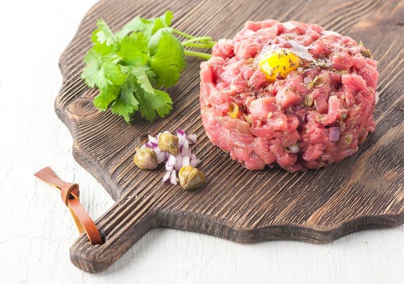 Wołowina tartare z pikantność obrazy stock