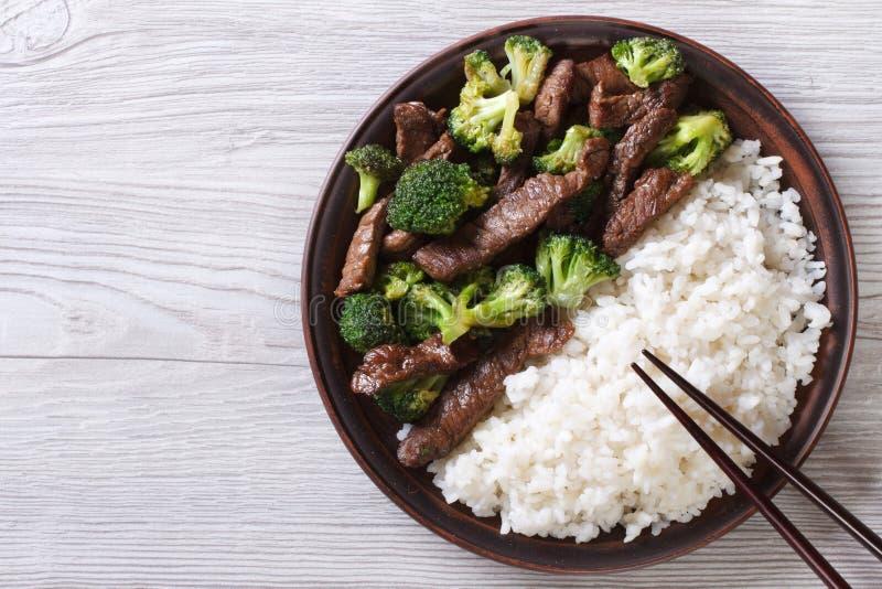 Wołowina z brokułami i ryż na stole horyzontalny odgórny widok fotografia stock