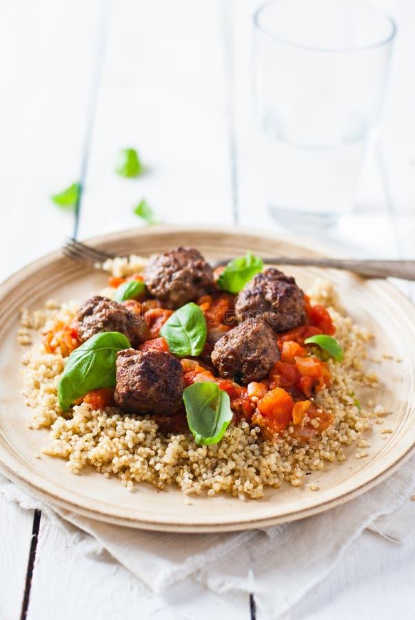 Wołowiny, basilu i pomidoru klopsiki z quinoa, zdjęcia royalty free