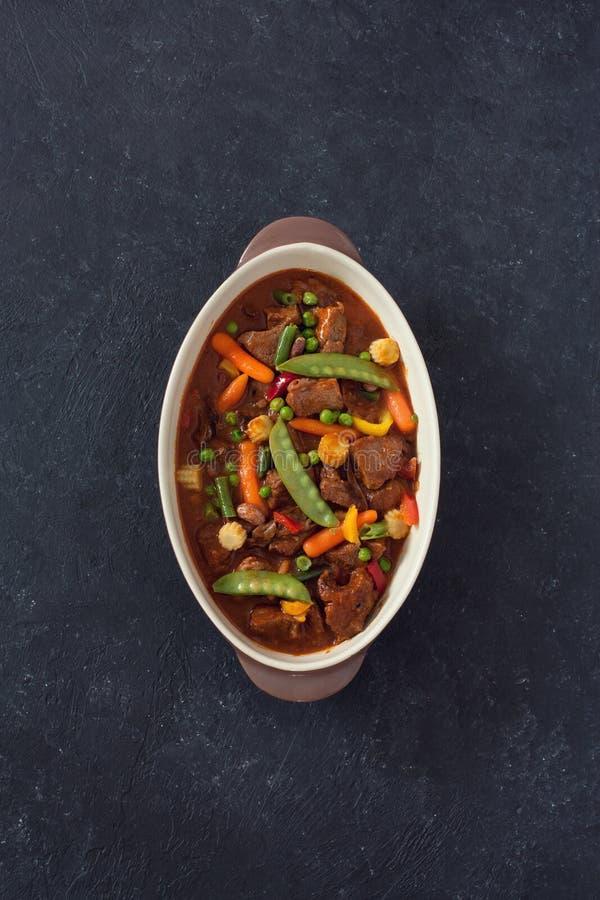 Wołowiny goulash z pieczarkami i warzywami fotografia stock