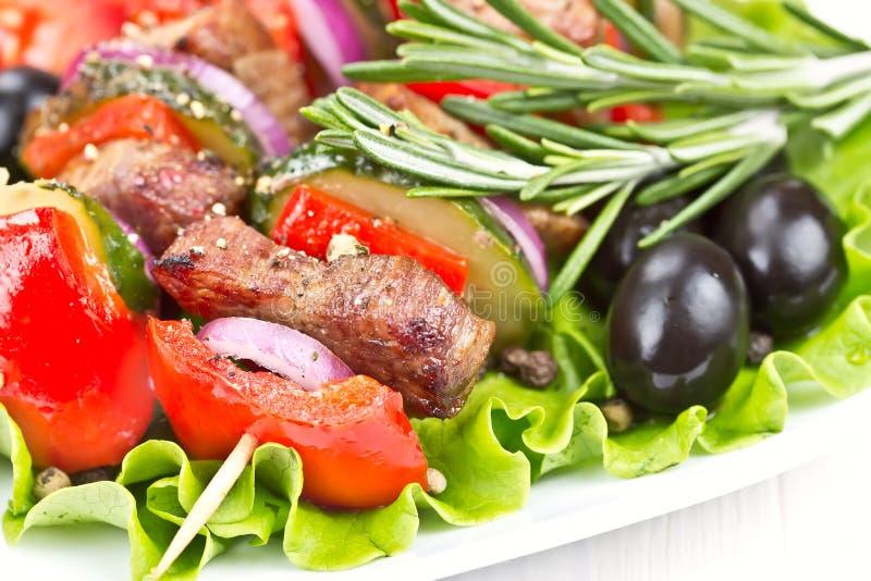Wołowiny mięso piec na grillu na skewers. obraz royalty free