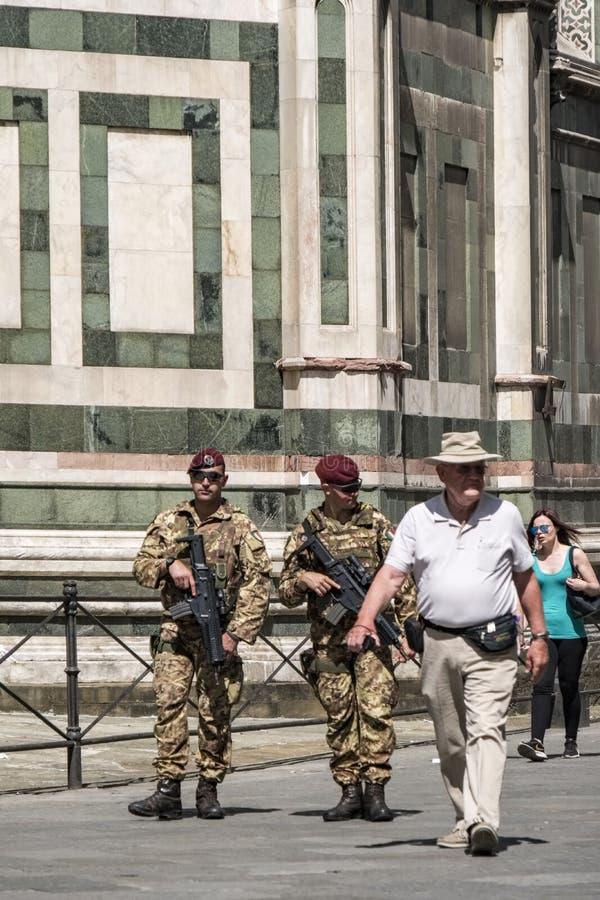 Wo żołnierze zbrojący z karabinami Włoski wojsko patroluje wokoło katedry Santa Maria Del Fiore w kwadracie fotografia stock