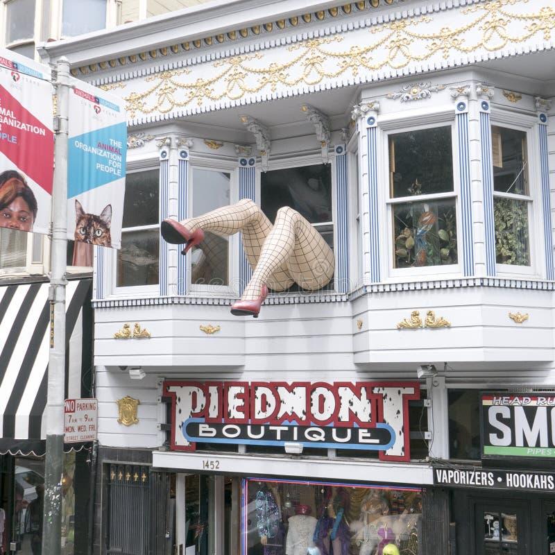 Wo-ben som uppför trappan klibbar ut ur fönstret av den Piedmont boutique i det Haight-Ashbury området royaltyfri foto