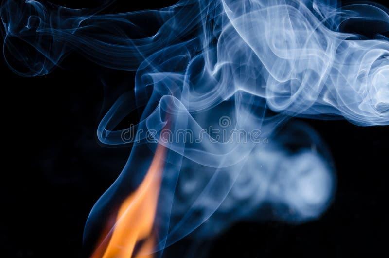 Wo es Feuer gibt, gibt es Rauch lizenzfreie stockfotografie