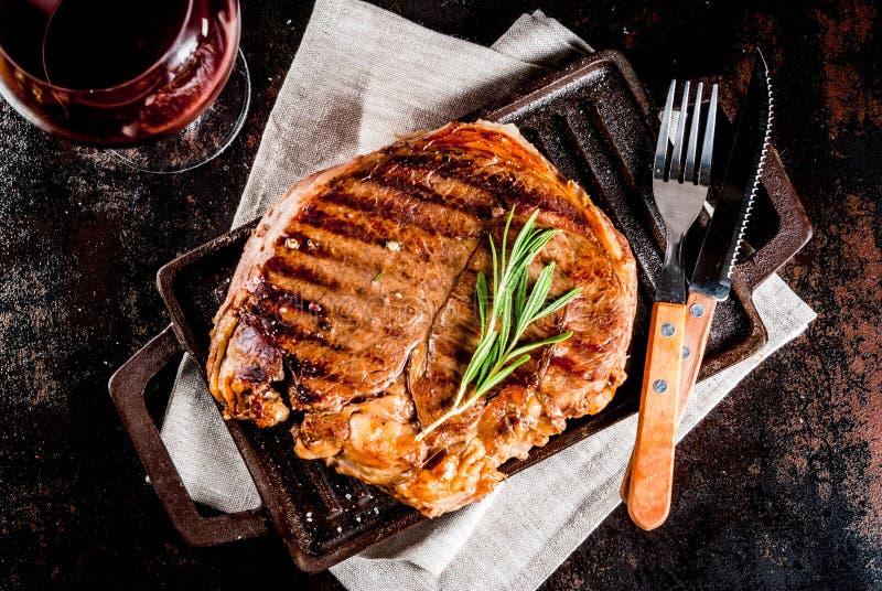 Download Wołowina grillowany stek obraz stock. Obraz złożonej z jedzenie - 106914107