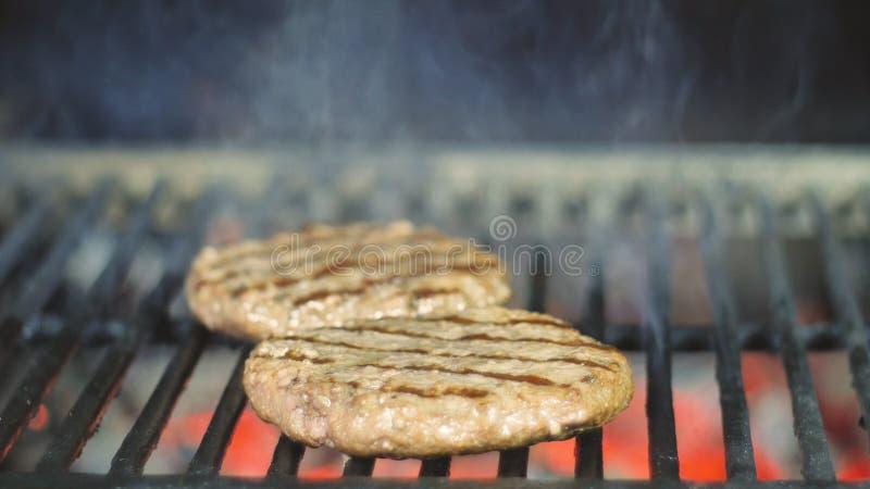 Wo?owiny lub wieprzowiny mi?sa grilla hamburgery dla hamburgeru przygotowywaj?cego piec na grillu na bbq ogienia p?omienia grillu zdjęcia royalty free