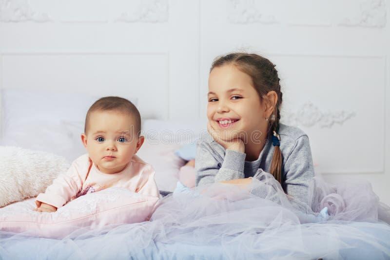 Wo-små flickor lycklig familj Begreppet av barndom och eden royaltyfri bild