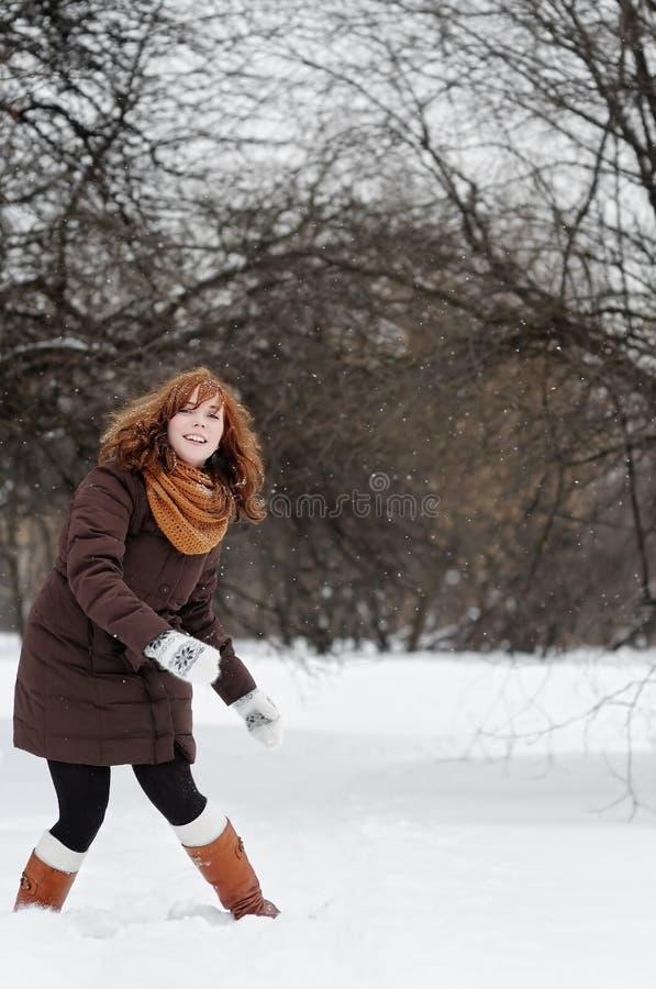 Woamn que tem o divertimento no inverno imagem de stock royalty free