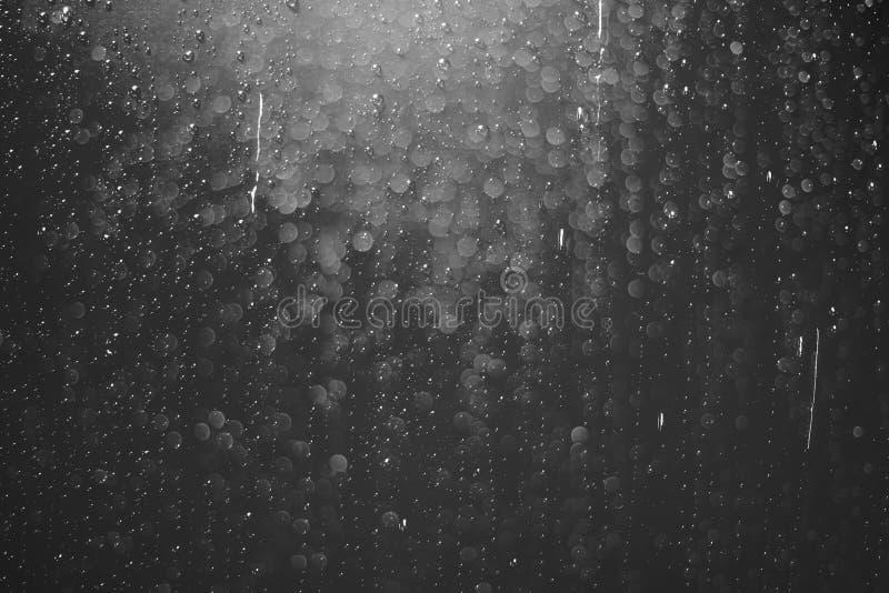 Wod krople na ciemnej tapecie zdjęcia stock