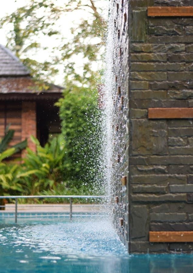 Wod krople w Pływackiego basenu siklawie obrazy royalty free