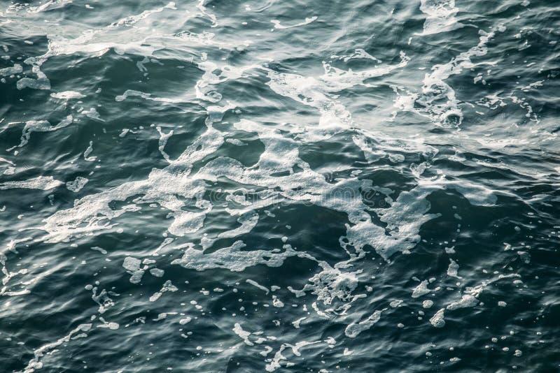 Wod morskich fale, oceanu nawierzchniowy tło, abstrakcjonistyczny aqua lub ciecz tekstura, zdjęcia stock