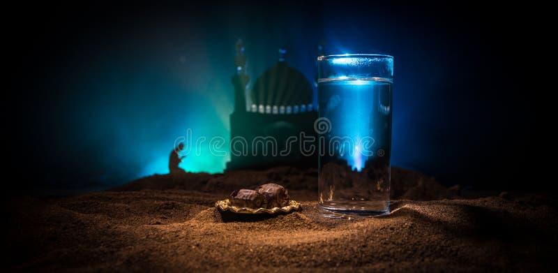 Woda i daty Iftar jest kolacj? Widok dekoracji Ramadan Kareem wakacje na piasku ?wi?teczny kartka z pozdrowieniami, zaproszenie fotografia royalty free