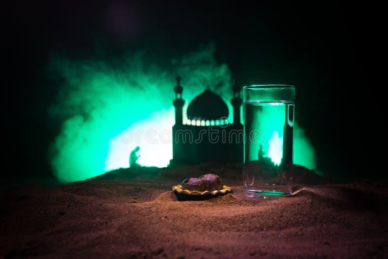 Woda i daty Iftar jest kolacj? Widok dekoracji Ramadan Kareem wakacje na piasku ?wi?teczny kartka z pozdrowieniami, zaproszenie zdjęcia royalty free