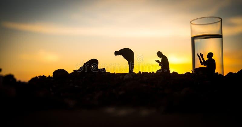 Woda i daty Iftar jest kolacj? Widok dekoracji Ramadan Kareem wakacje na piasku ?wi?teczny kartka z pozdrowieniami, zaproszenie fotografia stock