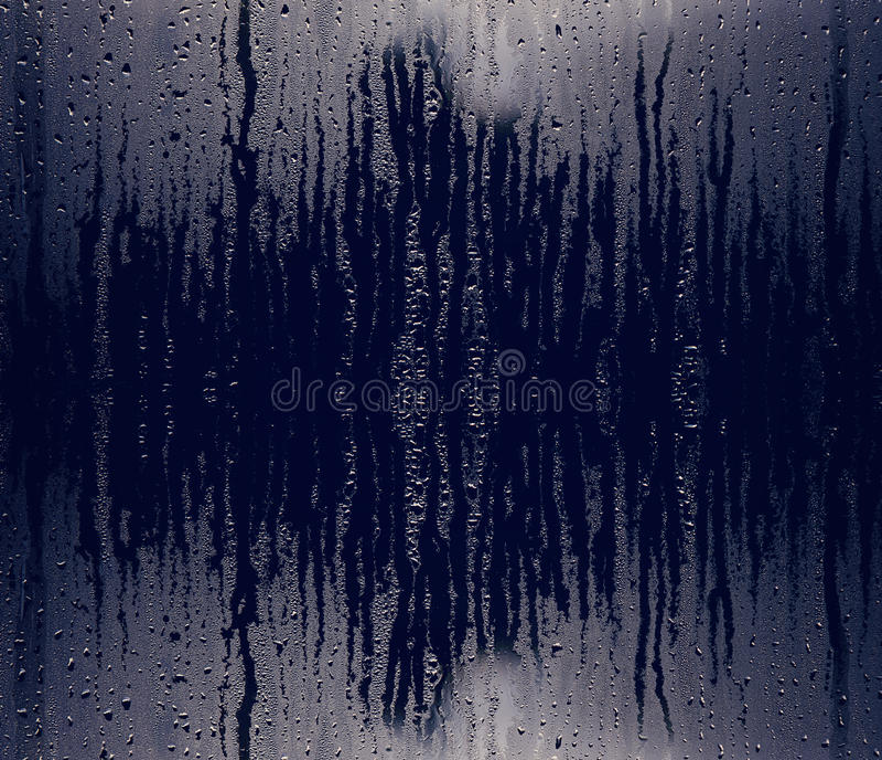 Woda i deszcz opuszczamy na szkle, abstrakcjonistyczny widok, krople deszcz na tle, kroplach na szkle po deszczu błękitnych szkla obraz stock