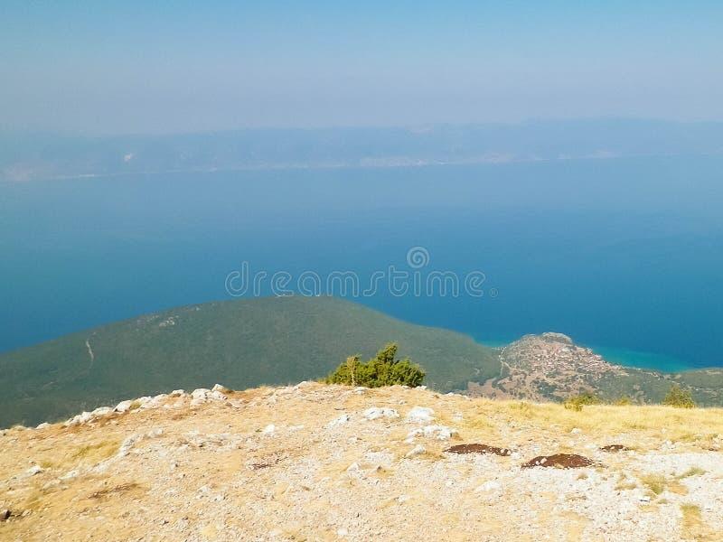 Woda Jeziorny Ochrid i góry Galicica park narodowy, Macedonia obraz stock