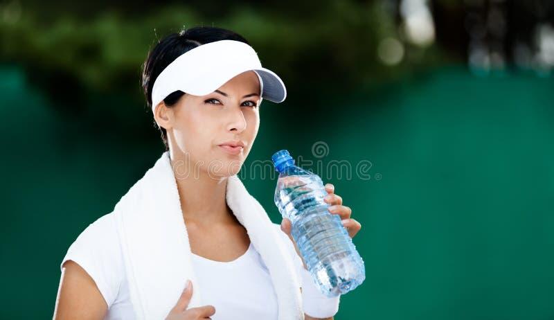 Woda kobieta z butelką woda zdjęcia stock