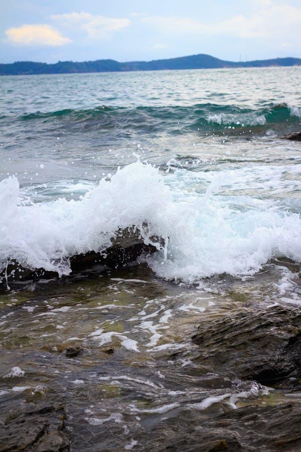 Woda morska przeciw falezom i skałom fotografia stock