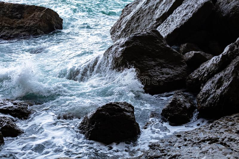 Woda morska uderza skały zdjęcia stock