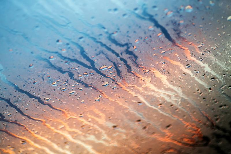 Woda opuszcza kolorowe makro- kropelki na nadokiennej zadziwiającej tło sztuce pięknej w wysokiej jakości druków produktach pięćd obrazy royalty free