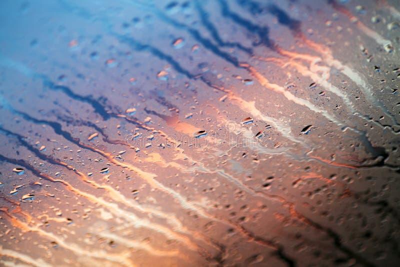 Woda opuszcza kolorowe makro- kropelki na nadokiennej zadziwiającej tło sztuce pięknej w wysokiej jakości druków produktach pięćd fotografia royalty free