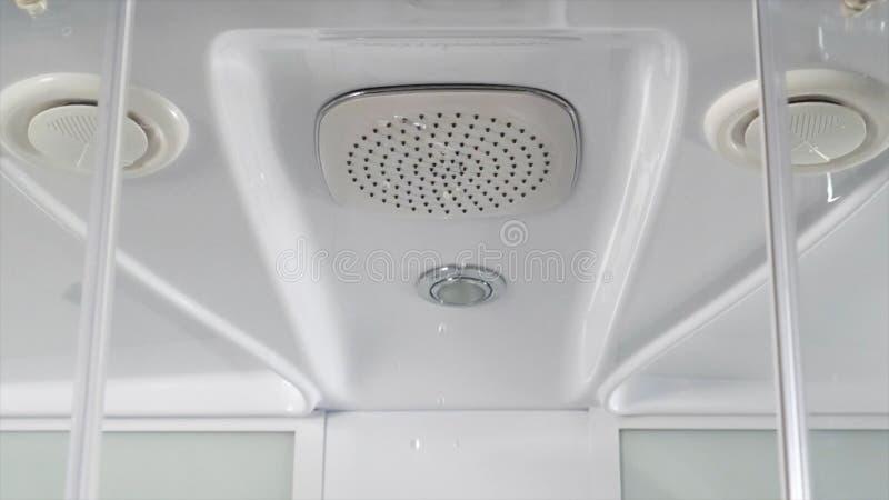Woda opuszcza od prysznic głowy w łazience na białym tle zakończenie up kwadratowa włoszczyzny głowy prysznic w nowożytnym fotografia stock