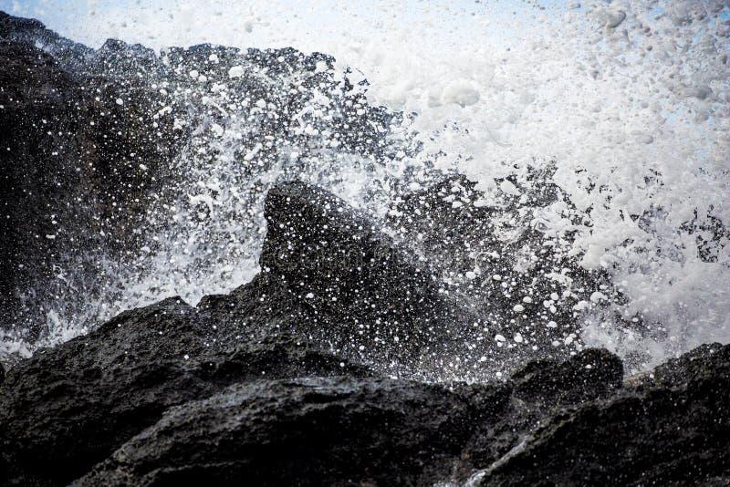Woda opuszcza powulkaniczną skałę obrazy stock