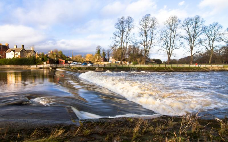 Woda płynie nad spowodowany przez człowieka jazem w Anglia zdjęcia stock
